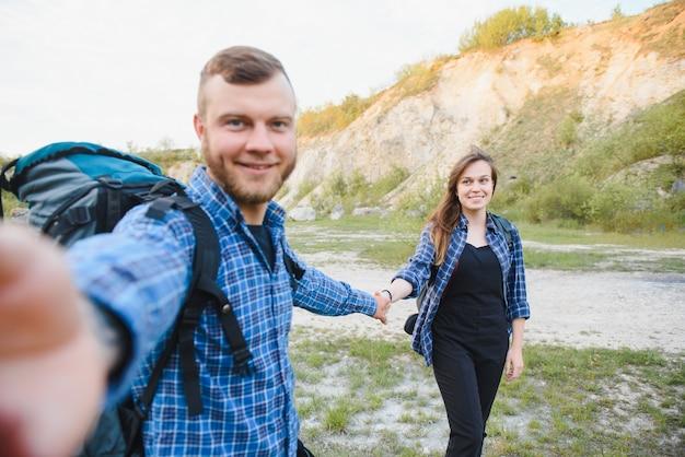 Stel met rugzakken selfie foto over berglandschap trekking