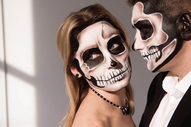 Stel met schedel make-up voor halloween