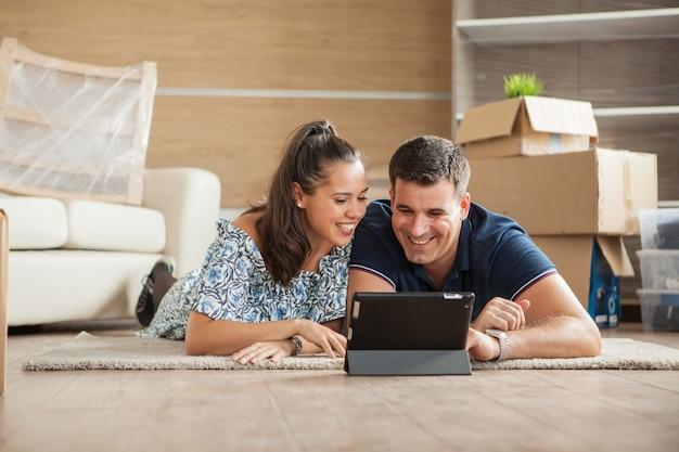 Stel net verhuisd naar een nieuw huis en koopt online meubels op een tablet-pc