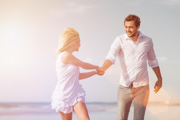 Stel op het strand in huwelijksreis vakantie