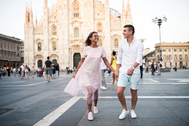 Stel op huwelijksreis in milaan