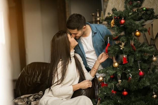 Stel op kerstmis met de boom