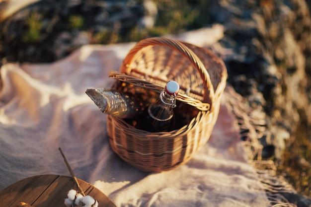 Stel voor een romantische picknick in de natuur mand met stokbroodwijn