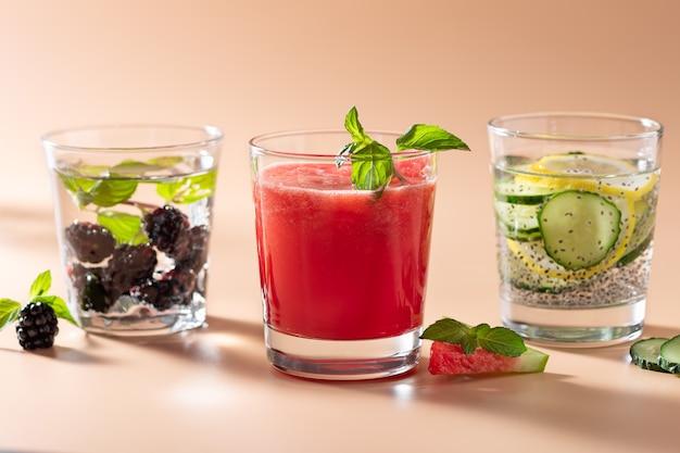 Stel zomerse koude dranken in met fruit en groenten
