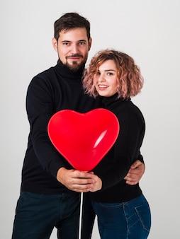 Stellend paar met ballon voor valentijnskaarten