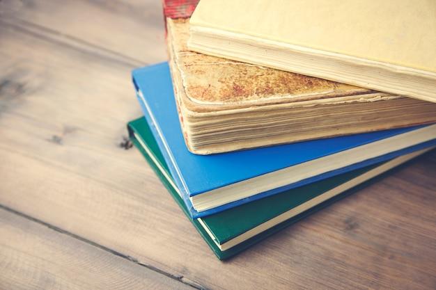 Stelletje boeken op tafel