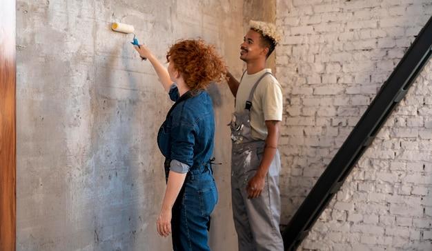 Stelletje dat samen hun nieuwe huis aan het schilderen is