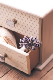 Stelletje droge lavendel in decoratieve kleine shabby chique ladekast