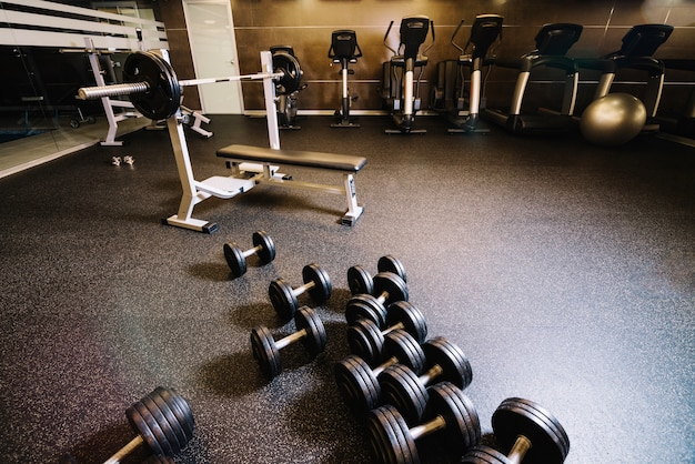 Stelletje dumbbells en bench press machine