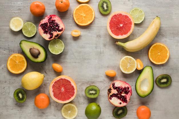 Stelletje exotische en vers fruit op tafel