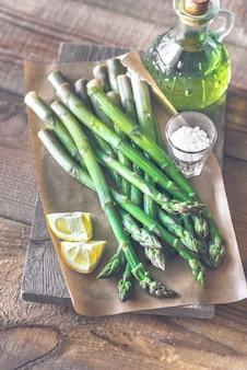 Stelletje gekookte asperges