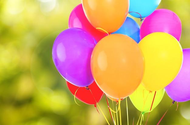 Stelletje kleurrijke ballonnen op achtergrond