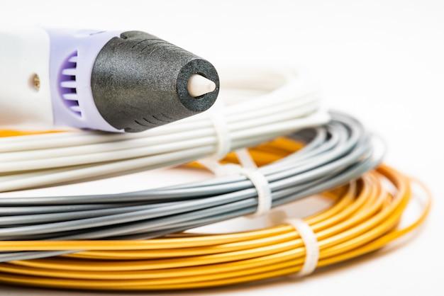 Stelletje kleurrijke opgerolde kabels voor 3d-printpen geïsoleerd