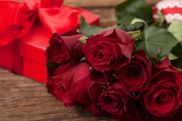 Stelletje rode rozen en geschenkdoos