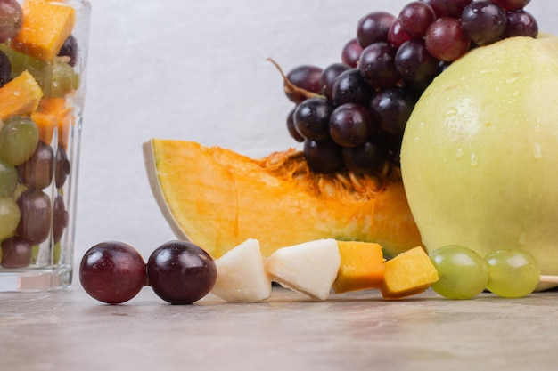 Stelletje vers fruit op marmeren tafel.
