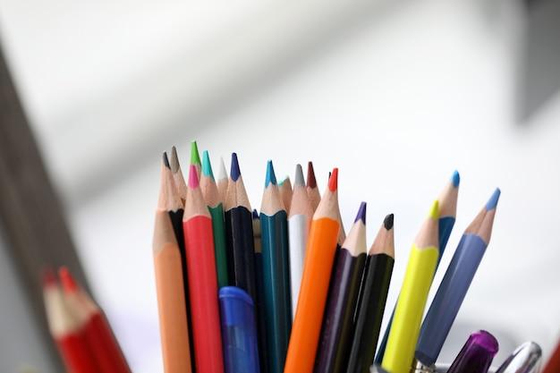 Stelletje verschillende potloden staan in de houder