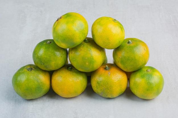 Stelletje verse mandarijnen op stenen achtergrond. hoge kwaliteit foto