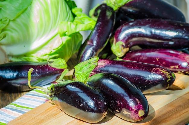 Stelletje verse paarse aubergines op een schoolbord