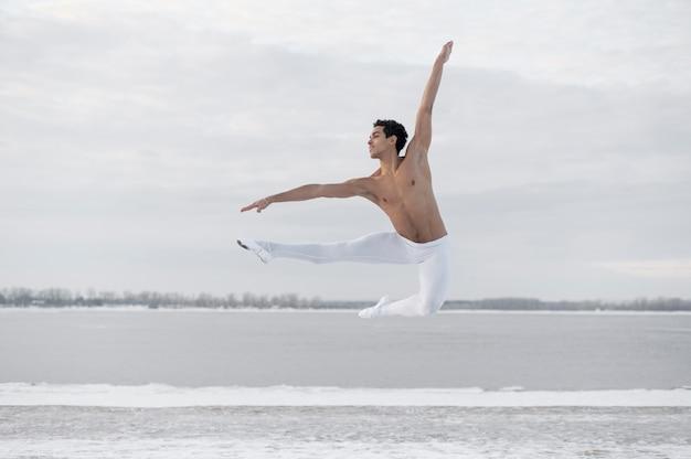 Stelt de portret mannelijke balletdanser in elegant