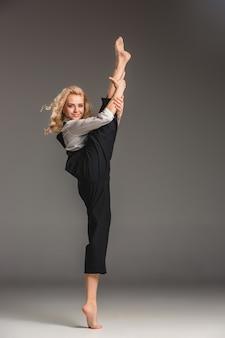 Stelt de schoonheids blonde vrouw in ballet