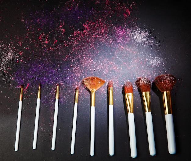 Stelt make-upborstel in voor visagist