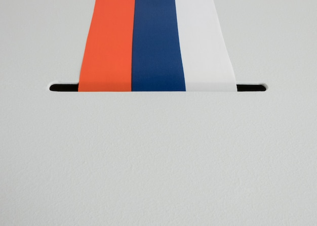 Stembus met nationale vlag van rusland. presidentsverkiezingen in 2018