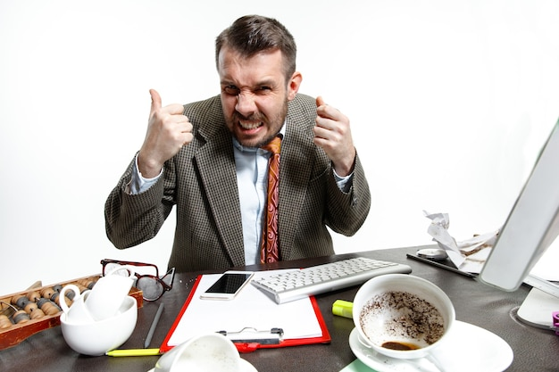 Stemmen in zijn hoofd. jonge man die lijdt aan de gesprekken van de collega's op kantoor. ik kan me niet concentreren en werken in de stilte. concept van de problemen, zaken, problemen en stress van de beambte.