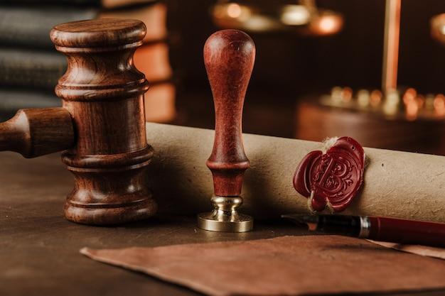 Stempel, hamer en testament. notaris tools