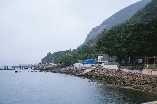 Stenen aan de kust van de zee