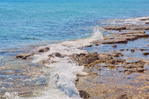 Stenen aan de oever van de warme tropische zee op kreta.