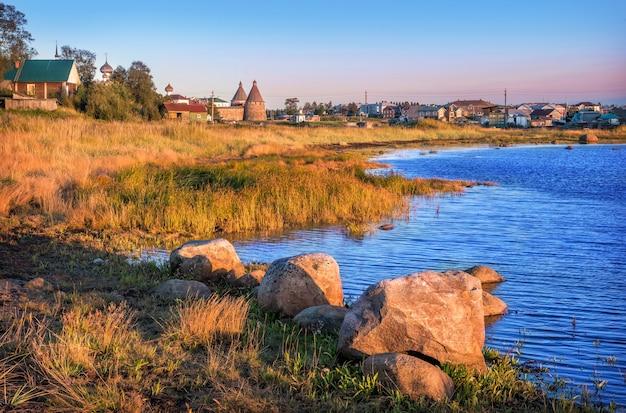 Stenen aan de oevers van de witte zee op de solovetsky-eilanden