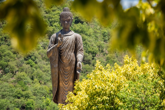 Stenen boeddha beeld in het bos