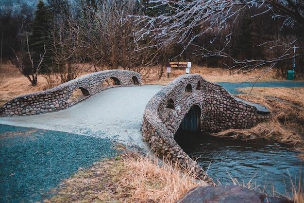 Stenen brug over de rivier