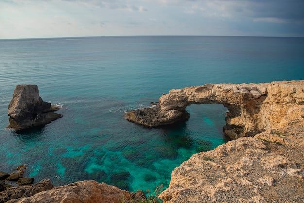 Stenen brug voor geliefden love bridges aan de kust in de buurt van bergen op ayia napa eiland cyprus