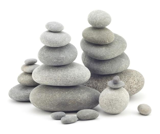 Stenen die geïsoleerd op elkaar zijn gelegd