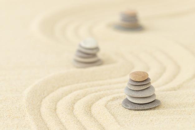 Stenen en zand zomeroppervlak voor ontspanning