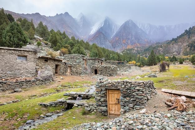 Stenen gebouwen in karakorum bergen bewolkt weer