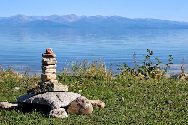 Stenen gestapeld in de vorm van een grote schildpad.