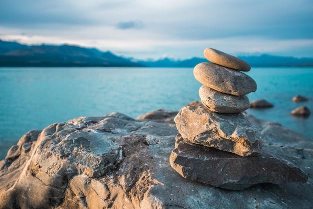 Stenen gestapeld in de zee