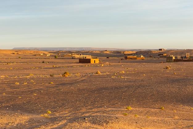 Stenen huizen in de woestijn, sahara woestijn