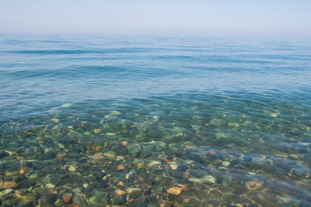 Stenen in helder water van zee, water en stenen achtergrond