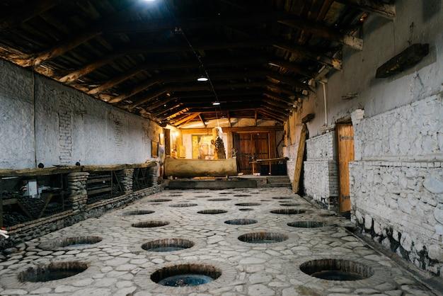 Stenen kamer van een wijnmakerij met gaten in de vloer, alcoholindustrie