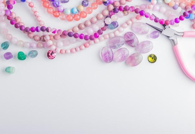 Stenen kralen, kristallen, tangen voor kralenwerk