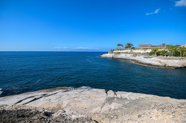 Stenen kust van de stad costa adeje. tenerife, canarische eilanden, spanje