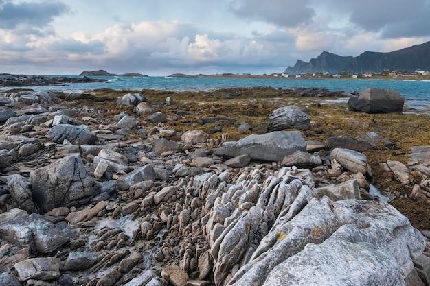 Stenen kust van het noorden, zee in noorwegen, lofoten eilanden in herfst avond.
