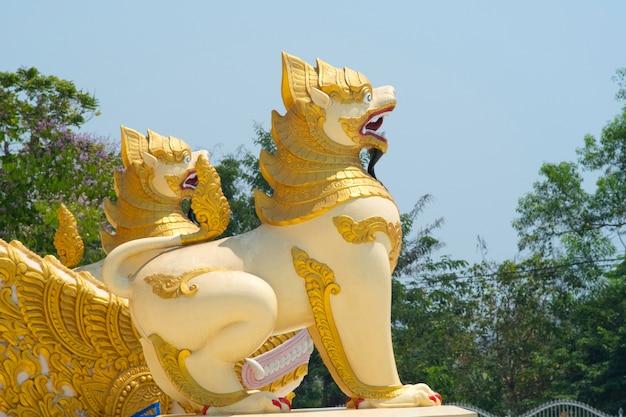 Stenen leeuw bij ingang van shwedagon-pagode in rangoon (myanmar)