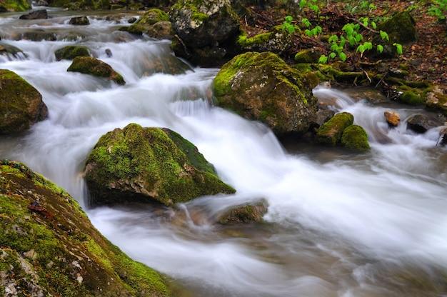 Stenen liggen in water in bergbeek