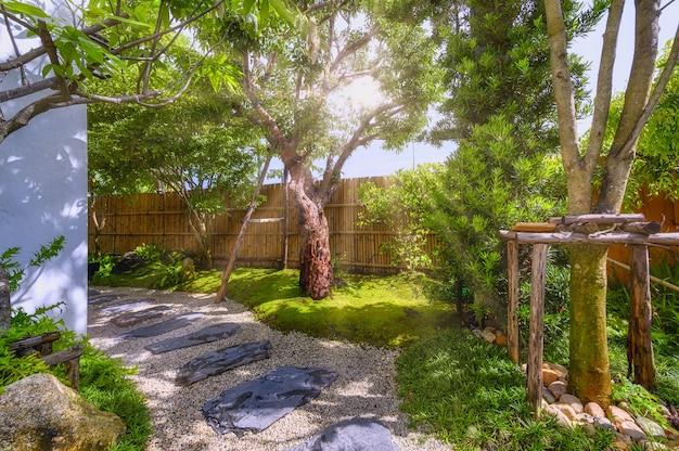 Stenen loopbrug die in tuin kronkelt