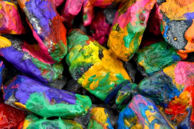 Stenen met kleurrijke verf. abstracte achtergrond gekleurde stenen willekeurig in verschillende kleuren