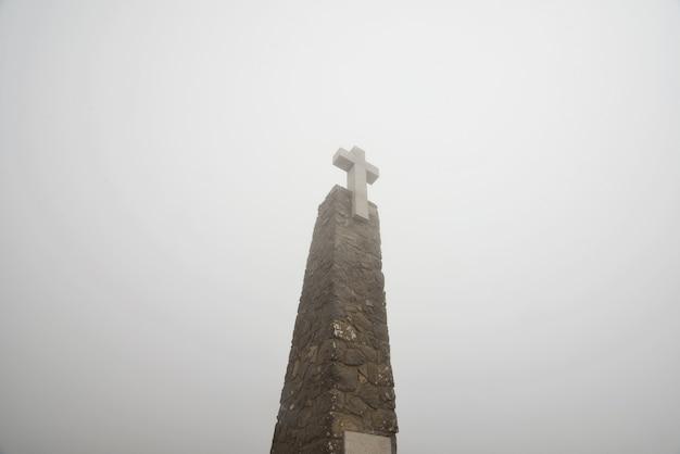 Stenen monument met groot wit kruis in cabo da roca